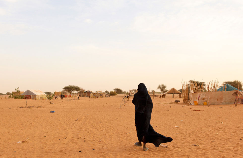 Mauritania, woman walking